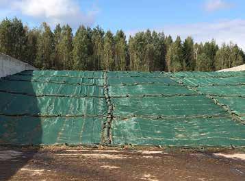 Slika 9: Žaklji s peskom dobro preprečujejo vdor zraka pod folijo. Mreže na silosu učinkovito preprečujejo poškodbe na foliji silosa, ki jih naredijo ptice.